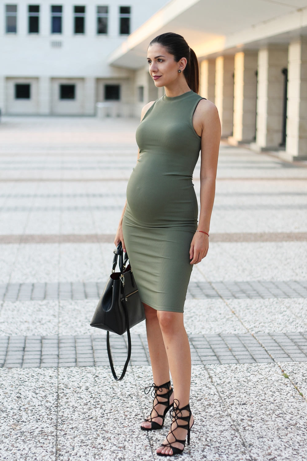 Pregnancy outfit: Military green dress and black sandals