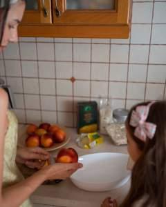 С дъщеря ми правим хрупкав десерт с праскови